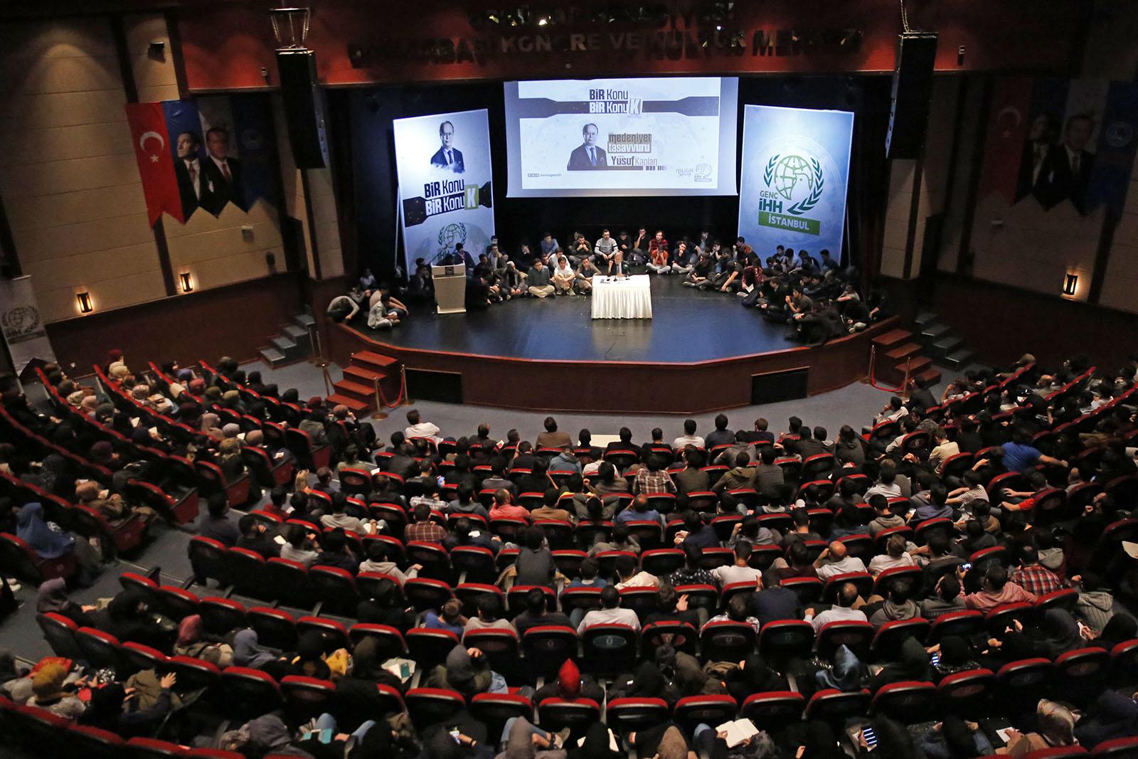 Yusuf Kaplan'dan gençlere konferans | İHH İnsani Yardım Vakfı